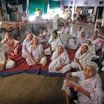 Индийские вдовы смотрят телевизор в ашраме во Вриндаване, Индия, 6 сентября 2013.