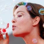 Итальянская актриса Кристиана Капотонди раздувает мыльные пузыри на 70-м Венецианском кинофестивале в Венеции 2 сентября 2013.